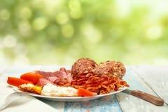 Tome o café da manhã com ovos fritos, bacon, tomate e bolos, crono dieta c Foto de Stock