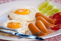 Tome o café da manhã com ovos fritos, salsichas, cereal, brindes e café Foto de Stock