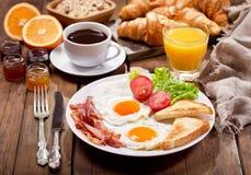 Tome o café da manhã com ovos fritos, café, suco e frutos frescos imagem de stock royalty free