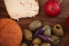 Tome o café da manhã com pão, rabanete, azeitonas e queijo Fotografia de Stock