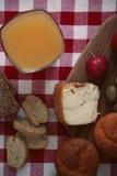 Tome o café da manhã com pão, rabanete, azeitonas, queijo e suco Foto de Stock