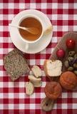 Tome o café da manhã com tomate, rabanete, azeitonas, queijo e chá Imagem de Stock Royalty Free