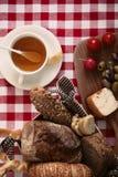 Tome o café da manhã com tomate, rabanete, azeitonas, queijo e chá Imagens de Stock