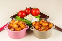 Tome o café da manhã do queijo, tomates, batatas e por todo o lado na salada em um close up de madeira da tabela Fotografia de Stock Royalty Free