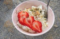 Tome o café da manhã do requeijão rústico e das morangos frescas, sésamo, sementes, sementes secadas do arando fotos de stock royalty free