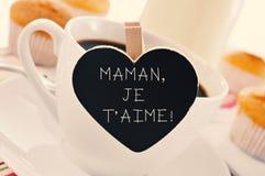 Tome o café da manhã e text o aime do je t do maman, eu te amo mamã em francês Fotografia de Stock