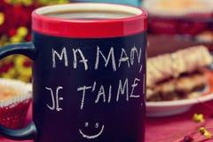 Tome o café da manhã e text o aime do je t do maman, eu te amo mamã em francês Imagem de Stock