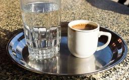 Tome o café da manhã na manhã, no caffe e em um vidro da água Imagem de Stock