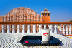 Tome o café da manhã no telhado que negligencia Hawa Mahal e o Jaipur Hawa Mahal - o templo dos ventos imagem de stock