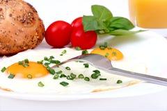 Tome o pequeno almoço com ovos fritados, tomates e o jui alaranjado Fotografia de Stock Royalty Free