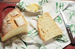 Tome o pequeno almoço com pão, manteiga e sal do mar Imagens de Stock Royalty Free