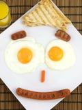 Tome o pequeno almoço em uma placa de uma face engraçada Foto de Stock Royalty Free