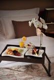 Pequeno almoço na cama em uma sala de hotel Imagens de Stock Royalty Free