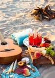 Tome parte num piquenique na praia no por do sol no estilo do boho Fotos de Stock
