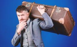 Tome todas suas coisas com voc? Mala de viagem pesada Servi?o de entrega Curso e conceito da bagagem Viajante do moderno com fotos de stock royalty free