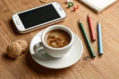 Tome um café durante a ruptura de trabalho foto de stock