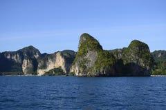 Tome uma viagem do barco para apreciar o destino aventuroso e romântico do feriado em Tailândia no mar de andaman foto de stock royalty free