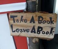 Tome un libro, deje una muestra del libro Imagen de archivo libre de regalías