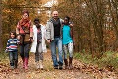 Tome un wlk con la familia themulticultural Fotografía de archivo
