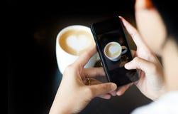 Tome una foto con el móvil Imágenes de archivo libres de regalías