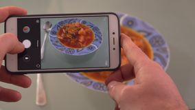 Tome una foto de la comida en un restaurante con el teléfono móvil toman una foto de la sopa tailandesa del ñame de tom en un res almacen de video