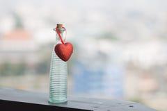 Tomglas och röd hjärta Arkivbild