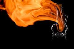 Tomglaset för olja eller vinäger i branden flammar royaltyfria bilder