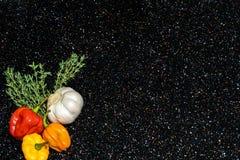 Tomilho, alho, pimentas escocêsas da capota imagens de stock royalty free