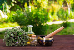 Tomilho aromático, óleos essenciais e bacia do canto Termas e abrandamento As ervas e os óleos em um verde borraram o fundo imagens de stock