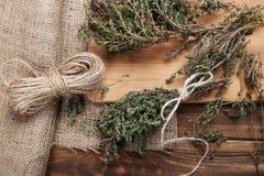 Tomillo orgánico en la tabla de madera, cierre para arriba Fotografía de archivo libre de regalías