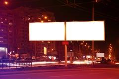 Tomma advertizingbräden på stadsgatan Arkivfoto