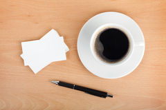 Tomma affärskort med den kaffekoppen och pennan Royaltyfri Foto