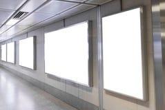 Tomma affischtavlaaffischer i gångtunnelstationen för annonsering royaltyfria foton