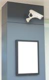 Tomma affischtavlor som fästes till en vägg med video bevakning, kom Royaltyfri Foto