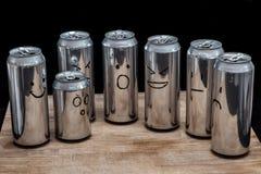 Tomma aluminiumburkar som ett mänskligt samhälle Ilsket förvånat besviket för Emoji leende Vänder mot i stället smilies som dras  arkivbild