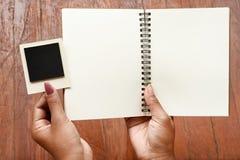 Tomma anteckningsbok- och fotoramar förestående Arkivfoton