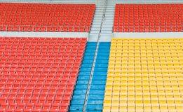 Tomma apelsin- och gulingplatser på stadion Arkivfoto