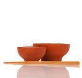 Tomma asiatiska keramikbunkar och wood pinnar Royaltyfri Foto