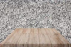 Tomma bästa trähyllor och polerad bakgrund för stenvägg För produktskärm royaltyfria bilder