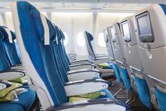 Tomma bekväma platser i kabin av flygplan Arkivbild