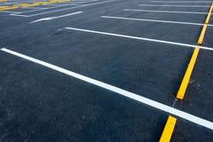 Tomma bilparkeringsplatser, utomhus- offentlig parkering, trans. Royaltyfri Bild