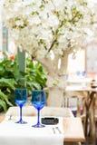 Tomma blåa exponeringsglas på restaurangtabellen Arkivfoto