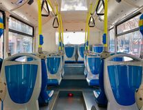 Tomma blåa och gråa platser på en buss royaltyfria foton