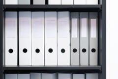 Tomma blinda mappar med mappar i hyllan Arkiv buntar av dokument i boken på kontoret med utrymme för text royaltyfri foto