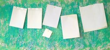 Tomma broschyrer på en grungy vägg, utrymme för fri kopia Arkivfoto