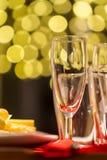 Tomma Champagne Glasses med ost på tabellen Arkivfoton