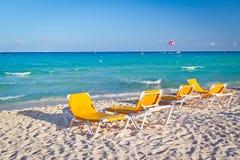 Tomma deckchairs på den karibiska stranden Fotografering för Bildbyråer