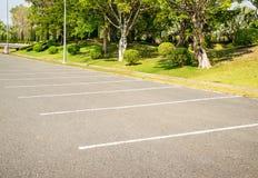 Tomma den utomhus- utrymmeparkeringsplatsen parkerar offentligt Royaltyfria Bilder