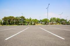 Tomma den utomhus- utrymmeparkeringsplatsen parkerar offentligt Arkivfoton