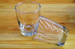 Tomma exponeringsglas av på en trätabell Royaltyfria Foton